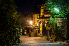 Ninei-zaka in summer night (Kyoto) /  (Kaoru Honda) Tags: city light summer japan night landscape temple alley nikon kyoto traditional alleyway   lantern  kansai   japon kiyomizudera    kinki higashiyama   ninenzaka         sanneizaka d7000 nineizaka sannnenzaka