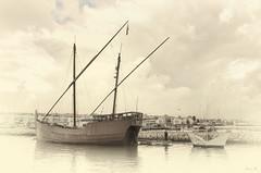 Barco y barquito. (Ramirez de Gea) Tags: barco sepia monocromatico marinas sigma1770c sigma1020mmf456