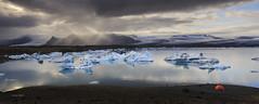 Camping deluxe (T-ammo) Tags: abenteuer adventure camping tent zelt cold kalt travel reisen spiegelung reflection jkulsarlon glacier kalben gletscher eisscholle eisberg iceland island reflektionen