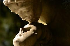 DSC_4344a (Fransois) Tags: love cemetery statue kiss montréal amour baiser cimetière côtedesneiges