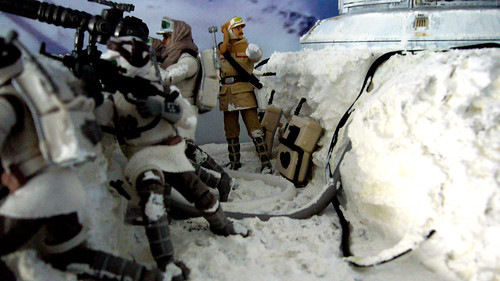 "Battle of Hoth diorama - rebel gunners in trench with major Bren Derlin • <a style=""font-size:0.8em;"" href=""http://www.flickr.com/photos/86825788@N06/7949266982/"" target=""_blank"">View on Flickr</a>"