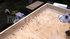 Dakdekker: Nieuwe laag underlayment dakbeschot gemonteerd. Vanaf de buitenzijde gemonteerd een multiplex 18mm boeiboord in de grondverf, houten verbredingslat (t.b.v. flens daktrim) en houten mastiekklos