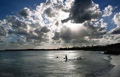 jugando con el sol (RalRuiz) Tags: espaa contraluz mar mediterraneo juegos nios cielo nubes menorca islasbaleares sonxoriguer calanbosc