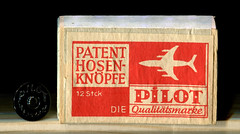 Schachtel mit Patent- Hosenknpfen (altpapiersammler) Tags: schachtel vintage box verpackung alt old grafik schriftdesign schrift household haushalt holz wood package knopf knpfe button bote caja scatola  caixa pudeko