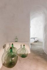 Recuerdos (Antonio_Luis) Tags: casa sacromonte cueva granada antoniojimeneztorrecillas antoniojimneztorrecillas arquitectura arquitectonico pasado interior andalucia blanco encalado botella cristal