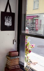 Juiceverket Klara (Trixi Skywalker) Tags: analogue stockholm sweden juiceverket juicebar coffee cappuccino minimal minimalistic rustic books tote bag window fruit vegetables avocado poster ginger lamp flower canon av1 50mm 18 film fujifilm superia 200