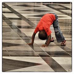 Floor Show .... ;-) (*Lie ... on & off ... !) Tags: red rot rouge funny floor belgium belgi hal centraalstation littleboy rood floorshow antwerpen vloer leuk myhometown clownish petitgaron centralehal kleinejongen inkomhal middenstatie provincieantwerpen kleinerjunge spoorwegkathedraal snapseed