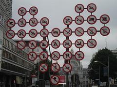 ...ma posso fare qualcosa o no?! (zuchicage) Tags: opera strada arte stop antwerp divieto proibito anversa