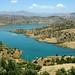 Represa de águas extremamente azuis