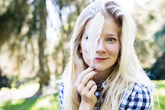Aussi lgre qu'une plume (Macca- Visual and urban artist) Tags: justine blonde blue eyes modle collaboration bonne humeur smile aventure feeling plume lgret partage lutin malicieux