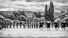 Rob Roy Pipe Band & Highland Dancers at Inveraray Castle / Scotland (SANDIE BESSO) Tags: panorama view boys sky sandiebesso sandiebessophotography paysage 5dm3 canon 1635mm wideangle grandangle field champ cloud contrejour againstthelight fleur leaf feuilles longexposure longshot expositionlongue blue transparency paysagiste landscape doubleexposure multiexposure bokeh purple pink nature champs sunset loch lake lac mer sea seaside seashore bateau boat pier port gourock batterypark pelouse tree arbre highlands silouhette hill mountain ecosse scotland luss glasgow chateau castle inveraray bagpipe bagpiper cornemuse kilt robroy blackwhite noirblanc show band dancer music musicians robroypipebandhighlanddancers