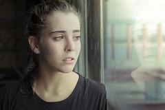 La ventana y la mirada de Elena (Soledad Bezanilla) Tags: ventana window mirada gaze elena retrato portrait fotografia photography soledadbezanilla canoneos7d instantes momentos luz light arte art