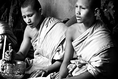 Angkor Wat (☆ j é r e n) Tags: portrait blackandwhite cambodge noiretblanc angkorwat monks moines bonzes