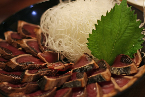 カツオのたたき(Sliced bonito lightly grilled with its inner flesh still raw)