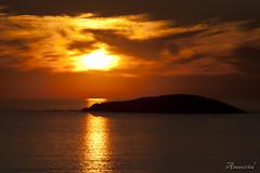 Lusco sobre Onza (amaurea2310) Tags: sunset clouds island galicia galiza nubes isla ocaso pontevedra illa solpor bueu luscofusco onza islasons illasons illadeonza archiplagodeons