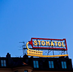 The Classical Toothpaste Sign, Stockholm (Maria_Globetrotter) Tags: blue classic sign lightbulb by night lights neon sweden stockholm sdermalm schweden lightbulbs landmark bynight september clear hour sverige bluehour estocolmo stoccolma 2012 sder stomatol bltimmen mariasweden