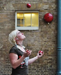 Eye On The Ball [Explored #194] (jaykay72) Tags: street uk london candid streetphotography coventgarden londonist stphotographia