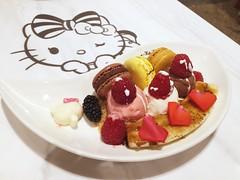 Kitty Goes Banana Split (Jerry (jerrywongjh)) Tags: singapore changiairport changi airport hellokitty hellokittycafe themedcafe sanrio   harokiti kitihowaito terminal3 singaporechangiairport food cafe