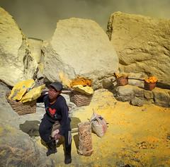 java - ijen (peo pea) Tags: indonesia java giava ijen cratere crater volcano vulcano hard work reportage miners minatori sulfur zolfo mine yellow men leica leicaq