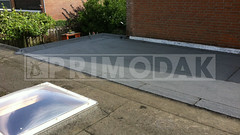 Dakdekker: Eindresultaat van een compleet nieuw platdak dat is voorzien van een laag underlayment, eerste schroeflaag dakbedekking 460 P60 met daarop gebrand de waterdichte bitumenlaag 470 K24, merk Uniegum