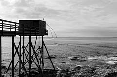 Week-end à Prefailles (fabriceleo) Tags: carrelet pecherie rocher roche ocean mer eau noir blanc black white gris nuage prefailles nikon d5100 atlantique