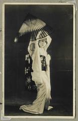 ArchJAP121 Japan, 1930er (Hans-Michael Tappen) Tags: archivhansmichaeltappen japan nihon nippon 1930er 1930s  kunst tradition darbietung geisha  portrait portrt unterhaltung