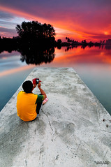 "Self portrait : ""Captured a Moment"" (tuan azizi) Tags: cloud selfportrait seascape malaysia burningsky scape kelantan leadingline captureamoment nikond90 flickrsfinestimages1 tuanaziziphotography seapantaisritujuh"