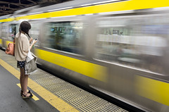 Waiting when you're young (beeldmark) Tags: city station japan train tokyo movement jr  nippon yoyogi publictransport nihon stad trein beweging mensen  ov sobuline openbaarvervoer  straatfoto  sobusen beeldmark