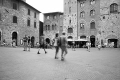 U2012 06 (lucky5.1) Tags: italien people bw italy square tuscany bewegung sw 24mm sangimignano unscharf inmotion toskana dynamik historictown