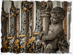 Schloss Hhenried... [explore] (roland_lehnhardt) Tags: bauwerk skulptur schloss hhenried mauer gebude denkmalschutz dof pov schrfentiefe tiefenschrfe unschrfe starnbergersee licht light schatten shadow gold engel architektur historisches oberbayern bokeh d80 nikon