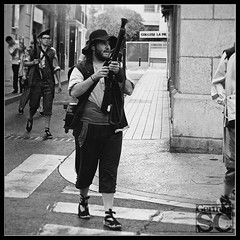 Blunderbuss (German SC) Tags: street summer portrait urban man home vintage spain holidays performance streetphotography catalonia urbana catalunya carrer reus estiu retrat folcklore actuació festivitats sal50mmf18 sonyalphadslra200 atravésdelvisor germansc