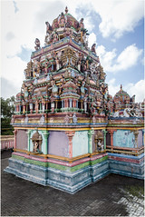 Temple . (:: Blende 22 ::) Tags: color colorful hinduism religion trees tree bume baum blauerhimmel bluesky canoneos5dmarkii ef2470f28liiusm mauritius maskarenen sky sun red redroof temple roof figure clouds cloudy bewlkt hinduismus street