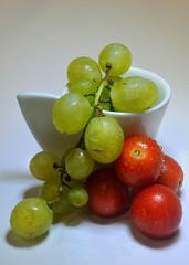 Iruña_CTL_Macro_027 (ikimilikili-klik) Tags: macro tomato uva grape tomate euskalherria basquecountry pamplona navarre navarra iruña nafarroa 60mmf28dmicro tomatea nikkor60mmf28macro mahatsa d700 nikond700