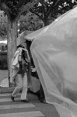 Llueve (Cazador de imgenes) Tags: madrid street espaa woman girl female photo donna mujer spain chica candid streetphotography medieval streetphoto espagne henares spanien mercadillo spagna spanje 2012 ragazza alcala spania alcaladehenares  alcaldehenares spange