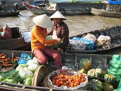 Floating market near Cần Thơ (mbphillips) Tags: market floatingmarket fareast southeastasia vietnam 越南 ベトナム 베트남 asia アジア 아시아 亚洲 亞洲 mbphillips canonixus400 people gente 人 사람들 市場 市场 시장 mercado geotagged photojournalism photojournalist