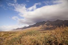 Coronas de nubes a punto de taparlo todo. Inmensidad en Cofete, Fuerteventura. (www.rojoverdeyazul.es) Tags: fuerteventura islas canarias canary islands punta janda autor lvaro bueno montaas mountains paisaje landscape nubes clouds cofete