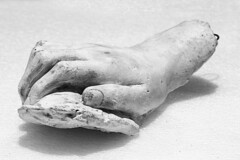 Mano derecha (Gayoausius) Tags: blancoynegro bw yeso escultura objeto mano 7dwf