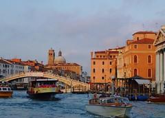 Grand Canal et le pont des déchaussés. (France-♥) Tags: pont bateau venise septembre italie grandcanal 2012 gondole mfcc pontedegliscalzi pontdesdéchaussés