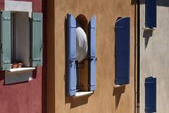 Comme une envie de mettre les voiles (Emmanuelle2Aime2Ailes) Tags: façades fenêtres volets rideau couleurs provence