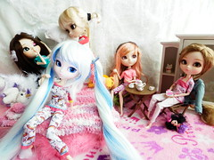 DNTM 1 Slumber party entre (Janeen F) Tags: snow cake fight julia tea maria pillows jade pj pullip kiyomi angelic taya miku ddalgi dntm snowmiku pullipangelicprettysfoglia pullipddalgi prupate pullipsnowmiku pullipangelicprettyprupate pullipkiyomi