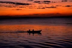 Retornando da pescaria. (marcusviniciusdelimaoliveira) Tags: pordosol entardecer barco pessoas gua rio riotiet