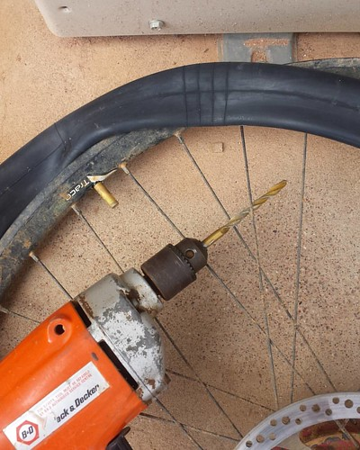 Drilled a bigger valve hole in my rim. Put in a 27.5 thorn proof 1 kilo inner tube. Patched everything with duct tape.  That's all I can de given the circumstances.  I want to get to the Rock.  No won't take the offroad route to Oodnadatta any more.  Don'