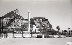 2012-Spain-021 (mon horizon) Tags: monument gibraltar espagne blanc rocher grillage 24x36 ilforddelta400professional lalneadelaconcepcin voigtlndervitoclr