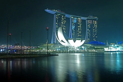 The ultimate night experience in Singapore (Renate Dodell) Tags: light oktober reflection museum night licht singapore asia asien nacht spiegelung singapur 2012 marinabay dorenawm marinabaysandhotel renatedodell