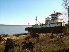 Dead Metal Beach (Kalaab M. Pickering) Tags: river boat maritime tugboat mrtoad ghostship illinoisriver