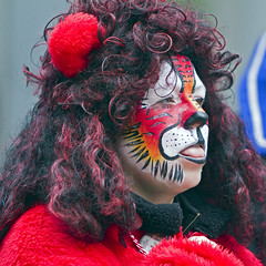 The Monday Face (NRG Photos) Tags: carnival girl costume mask candid lion parade wig yuck marchingband fasching mdchen umzug karneval lwe maske percke bh kostm mondayface montagsgesicht spielmannszug canonef70200mmf28lisusm schnappschus gardetreffen