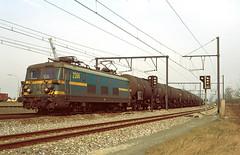 NMBS 2364 @ Ekeren (Peter Van Gestel) Tags: nmbs sncb reeks serie 23 ekeren antwerpen antwerp port haven lijn ligne 27 a esso petrol 49938 basel
