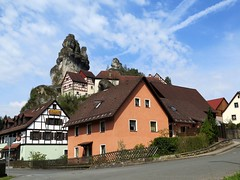 The rocks of Pottenstein in Franconian Switzerland, Bavaria (Sokleine) Tags: village dorf heritage pottenstein bavaria bayern bavire germany deutschland allemagne hautefranconie rochers rocks felsen escalade climbing klettern houses maisons colombages fachwerkhuser