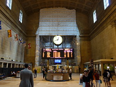 201609168 Toronto Union station (taigatrommelchen) Tags: 20160835 canada on ontario toronto central perspective icon urban building architecture railway railroad station flag