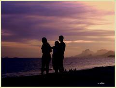 Silhuetas. (o.dirce) Tags: praia riodejaneiro mar simple montanhas interessante silhuetas relevo thegalaxy praiadepiratininga odirce